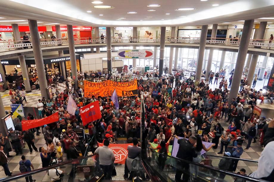 Membros do Movimento dos Trabalhadores Sem Terra (MTST) ocupam o aeroporto de Congonhas como forma de protesto contra as reformas propostas pelo Governo Temer, em São Paulo - 30/06/2017