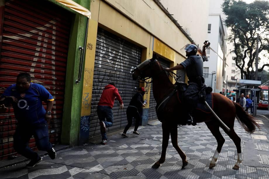 Policiais entram em confronto com manifestantes do Movimento dos Sem-Teto durante protesto contra as reformas econômicas propostas pelo presidente Michel Temer em São Paulo.