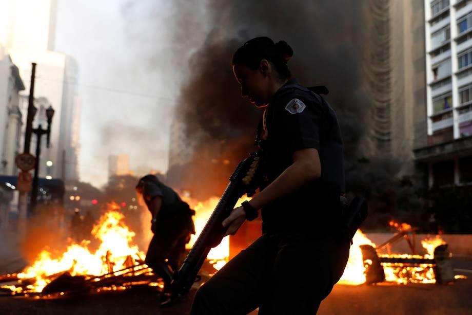 Policiais desarmam barricada feita por manifestantes durante protesto contra as reformas econômicas propostas pelo presidente Michel Temer nesta manhã em São Paulo.