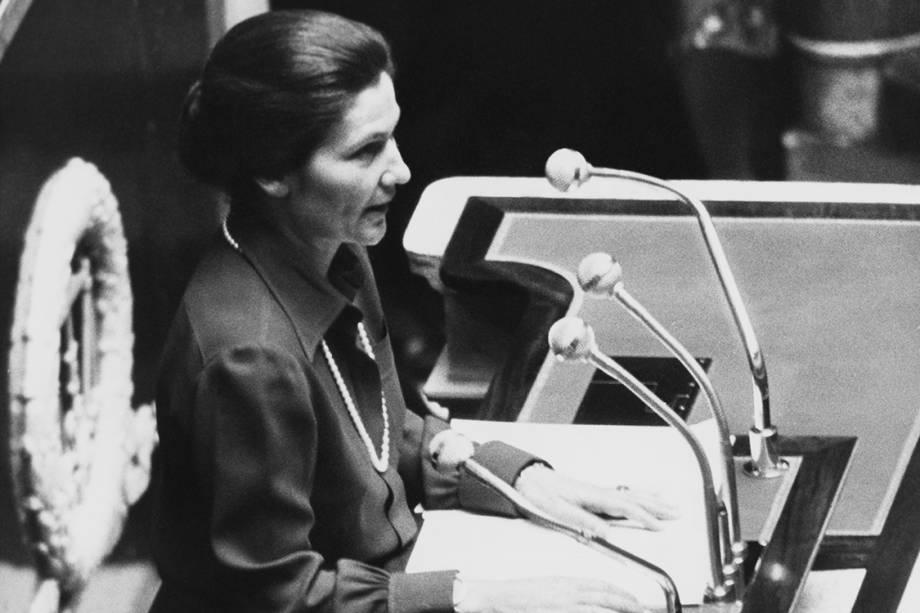 Simone Veil, então Ministra da Saúde, durante sessão no senado parisiense, defendendo a leglização do aborto em 1974