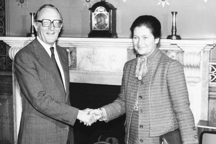 Simone Veil, presidente do Parlamento europeu, cumprimenta o Secretário de Relações Exteriores da Inglaterra, Lord Carrington, em Londres, 1980