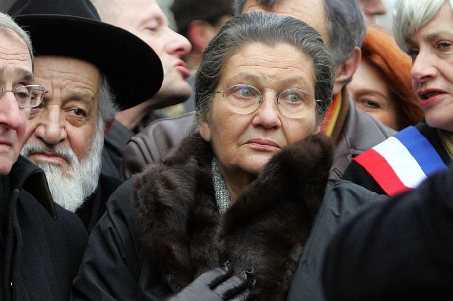 Simone Veil, ex-Presidente do Parlamento europeu, participa de marcha contra o racismo e anti-semitismo em Paris, França (2006)