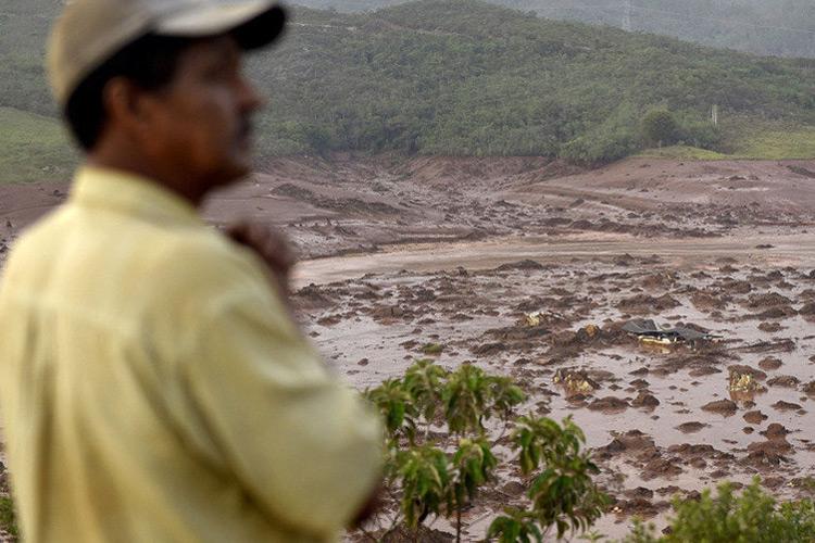 O rompimento causou uma enxurrada de lama e inundou várias casas no distrito de Bento Rodrigues