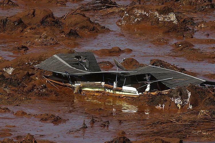 Vista de área atingida pela enxurrada de lama após rompimento de barragem de rejeitos