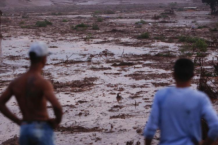 Vista dos estragos causados pelo rompimento da barragem em Mariana (MG)
