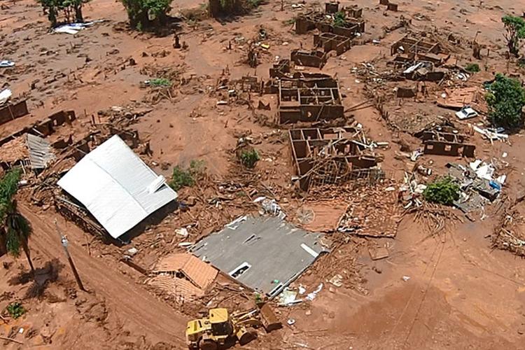 Vista da devastação provocada pelo rompimento da barragem da mineradora Samarco, em Mariana (MG)
