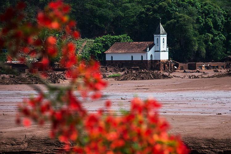 A cidade de Barra Longa está tomada pela lama após o rompimento de duas barragem de rejeito