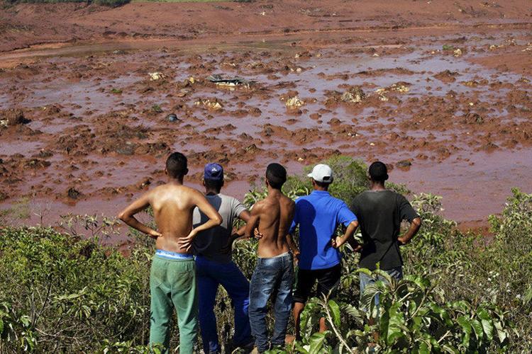 O rompimento de uma barragem de rejeitos que causou uma enxurrada de lama e inundou várias casas
