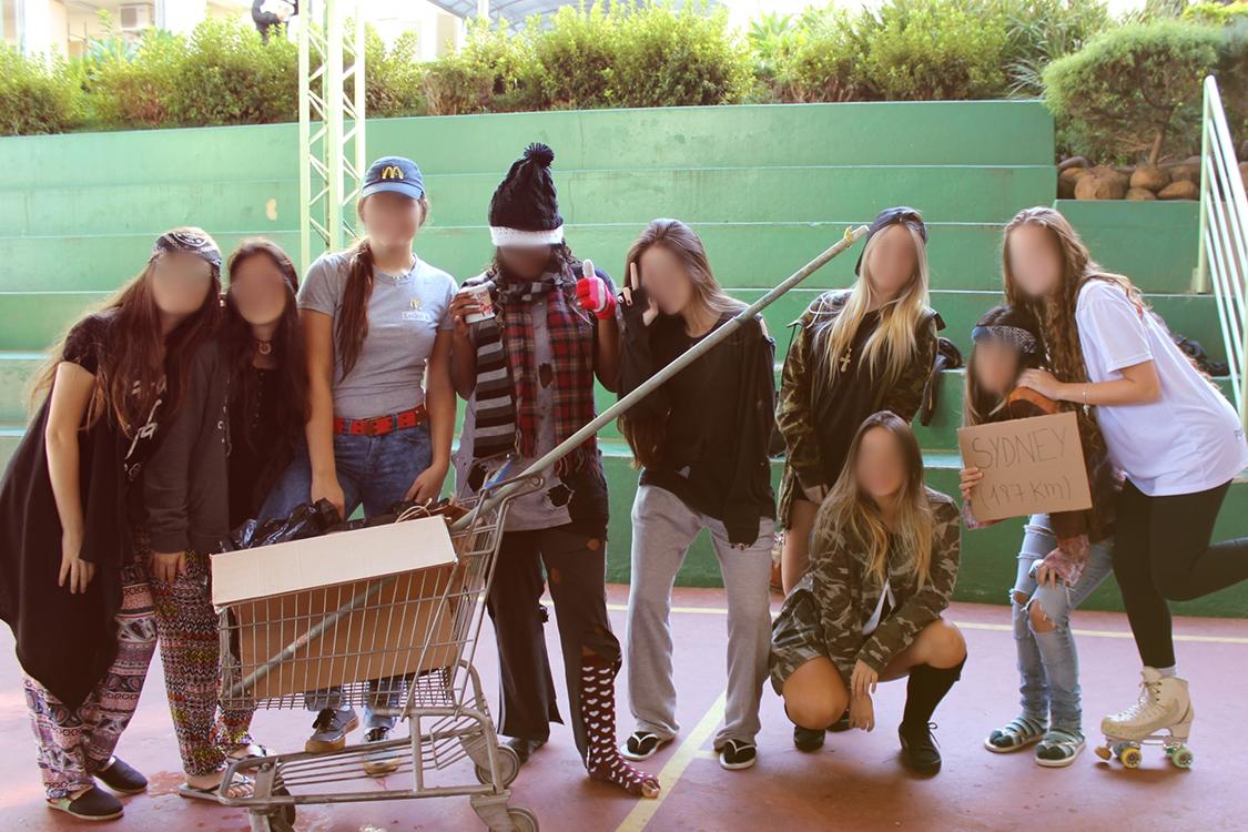 "Escola de Porto Alegre promove o trote ""Se nada der certo"" e alunos se fantasiam de gari, atendente de supermercado, morador de rua"