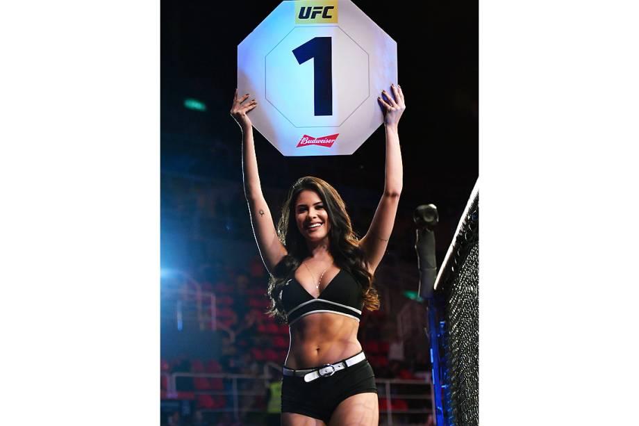 A ring girl brasileira Camila Rodrigues de Oliveira, no octógono da Arena da Barra, na zona oeste do Rio de Janeiro, palco da disputa entre Aldo vs. Holloway no UFC 212 Rio - 03/06/2017