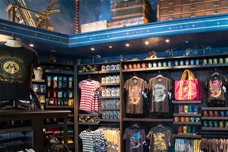 Produtos licenciados da franquia Harry Potter em loja do parque temático em Orlando