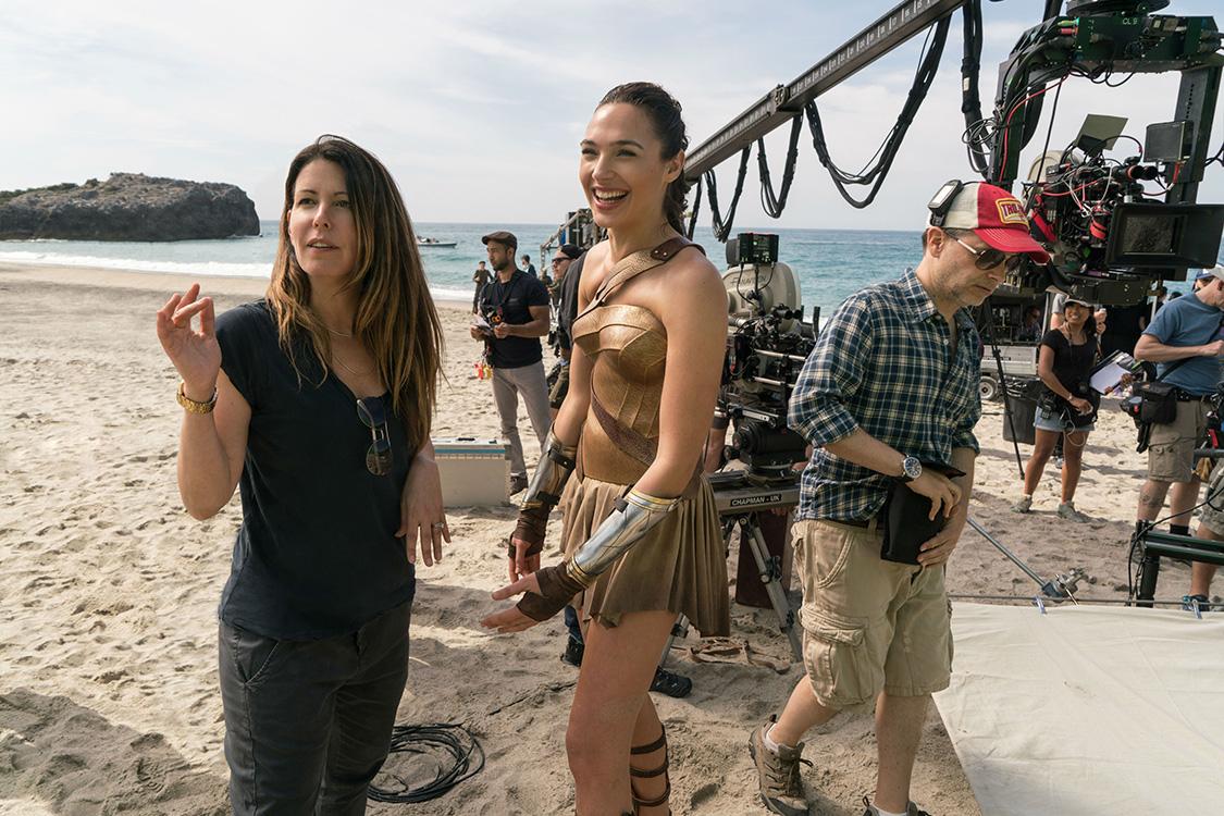 A diretora Patty Jenkins e a atriz Gal Gadot, nos bastidores do filme 'Mulher Maravilha', rodado em 38 locações de dois países diferentes
