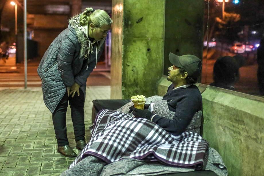 Voluntários entregam sopas para moradores de rua. Sensação térmica chegou a 4ºC na capital paulista
