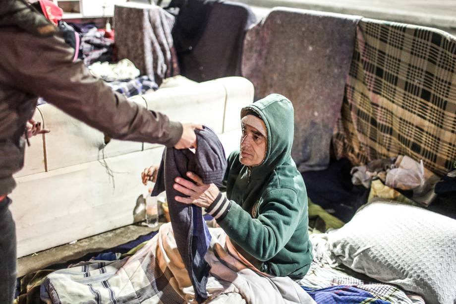 Morador de rua recebe agasalho para se proteger do inverno. Sensação términa chegou a 4ºC nesta quarta-feira (19) na capital paulista, na madrugada mais gelada do ano