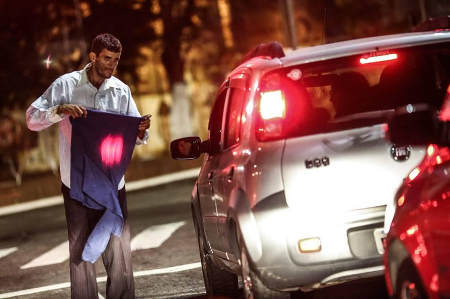 Morador de rua pede agasalho no semáforo