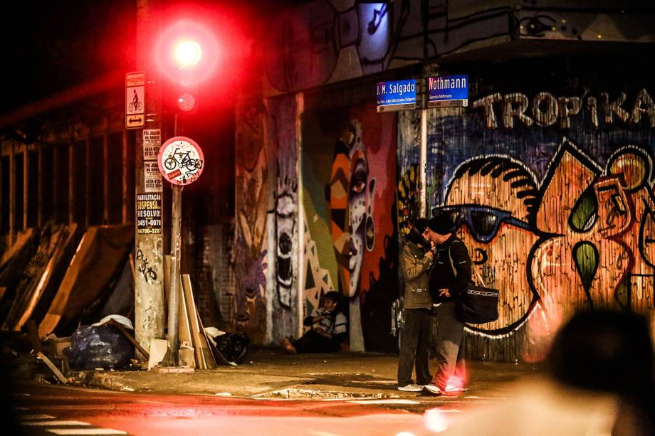 Além de agasalho, muitas pessoas saíram às ruas de touca para se protegerem do frio que atingiu a capital paulista