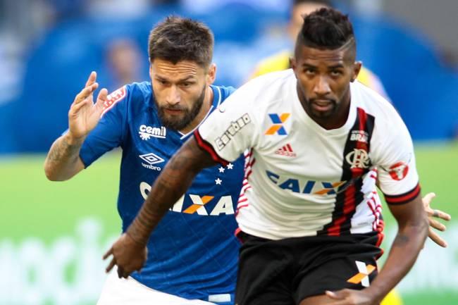 Rodinei, do Flamengo, em lance de disputa de bola com Rafael Sóbis, do cruzeiro, durante partida válida pela 14ª rodada do Brasileirão