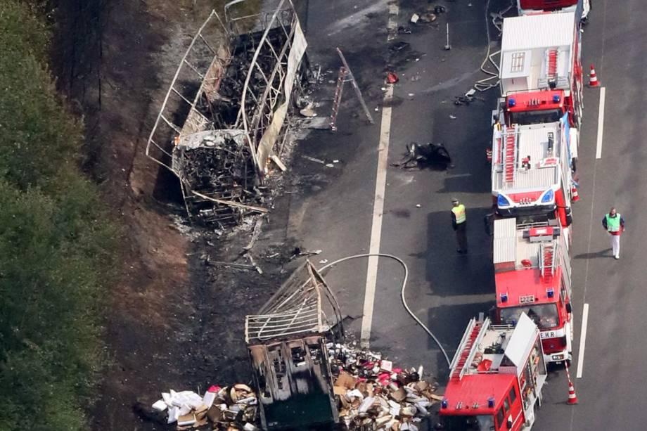 Bombeiros trabalham no local de uma colisão entre ônibus e caminhão em uma rodovia perto de Muenchberg, na Alemanha - 03/07/2017