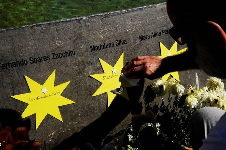 Familiares oram na praça criada em homenagem as 199 vítimas mortas no acidente. O espaço abrigava o prédio da TAM Express, no qual a aeronave se chocou