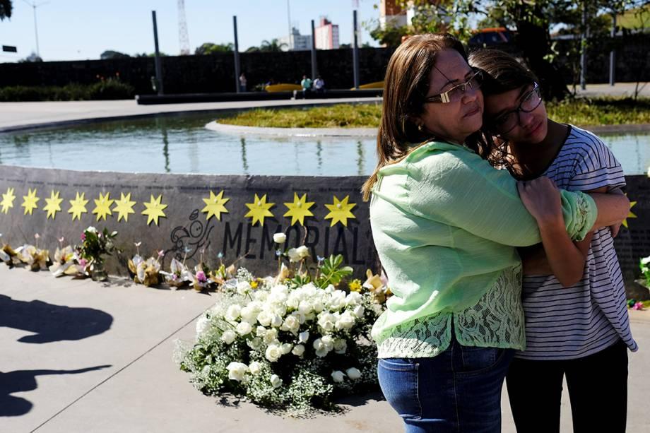 Familiares se emocionam na praça criada em homenagem as 199 vítimas mortas no acidente. O espaço abrigava o prédio da TAM Express, no qual a aeronave se chocou