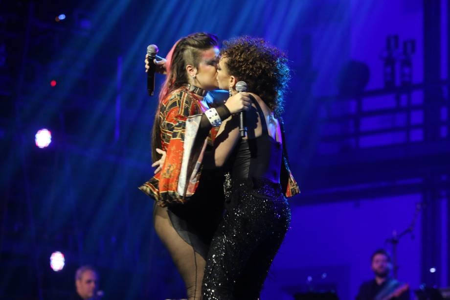 """Alice Caymmi e Laila Garin cantam a música """"Bomba H"""" durante o 28° Premio de Música Brasileira no Teatro Municipal do Rio de Janeiro e fecham a apresentação com um beijo"""