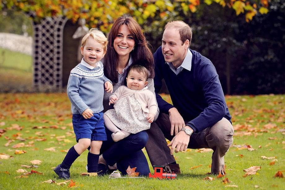 Kate Middleton, o príncipe William e os filhos do casal, os príncipes George e Charlotte (no colo de Kate), tiram foto no palácio de Kensington, em Londres
