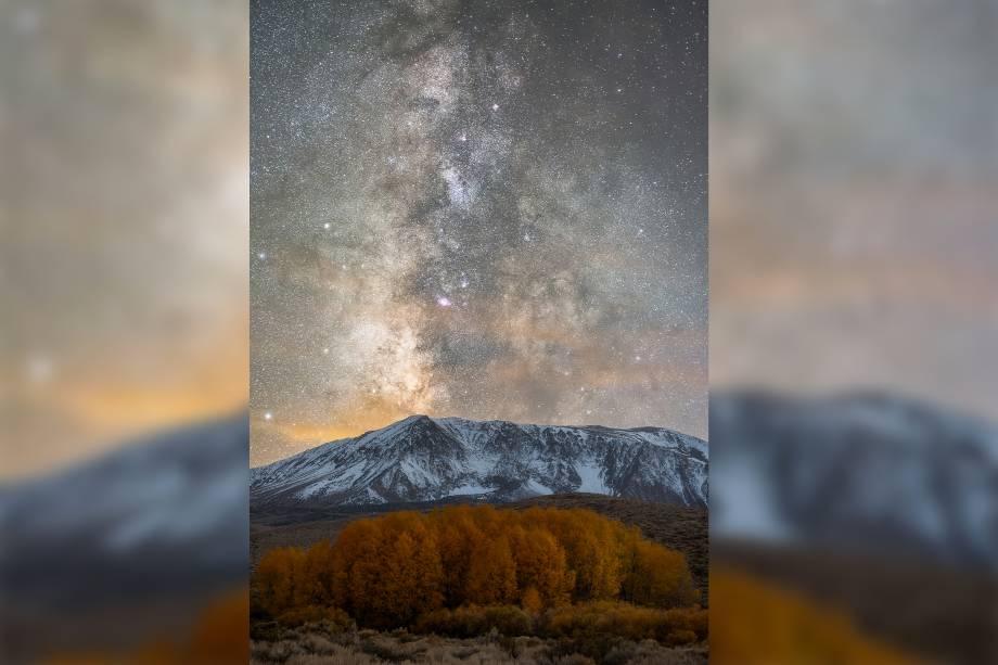 Via Láctea brilha acima das montanhas de Serra Nevada, no estado da Califórnia, nos Estados Unidos