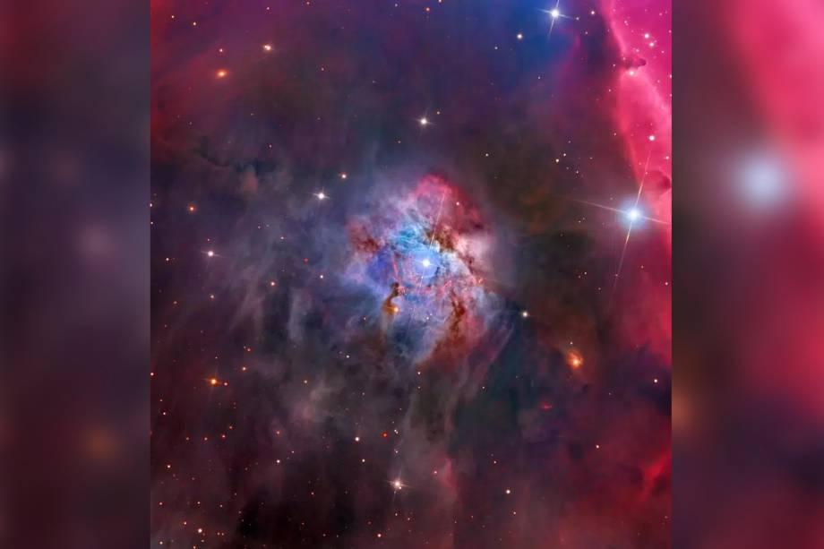 NGC 2023, nebulosa localizada na constelação de Orion, a uma distância de<span>1.467 anos-luz (cada ano-luz equivale a9,46 trilhões de quliômetros) da Terra. Com 4 anos-luz de diâmetro,NGC 2023 é uma das maiores nebulosas de reflexão já descobertas.</span>