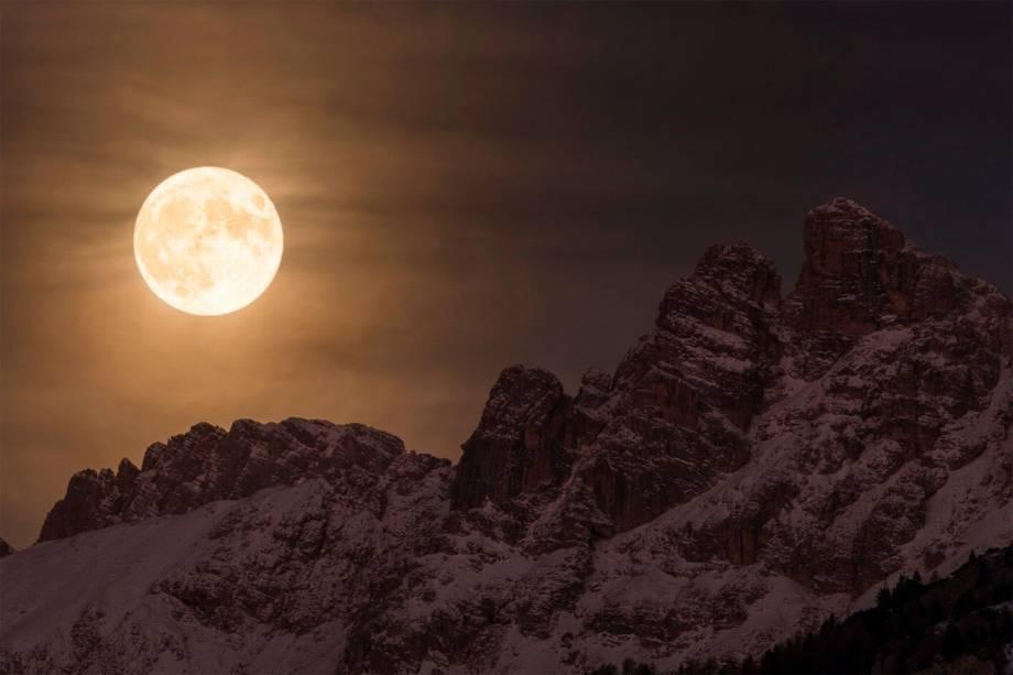 Magnífica superlua ilumina o céu noturno acima do Marmarole, no coração dos Dolomitas, na Itália. Na noite em que esta fotografia foi tirada, a lua ficou 30% mais brilhante e 14% maior do que outras luas cheias