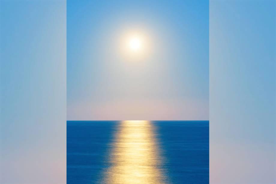 Nascer da lua é fotografado sobre o mar de Wairarapa, com um reflexo surpreendente que lembra o Sol