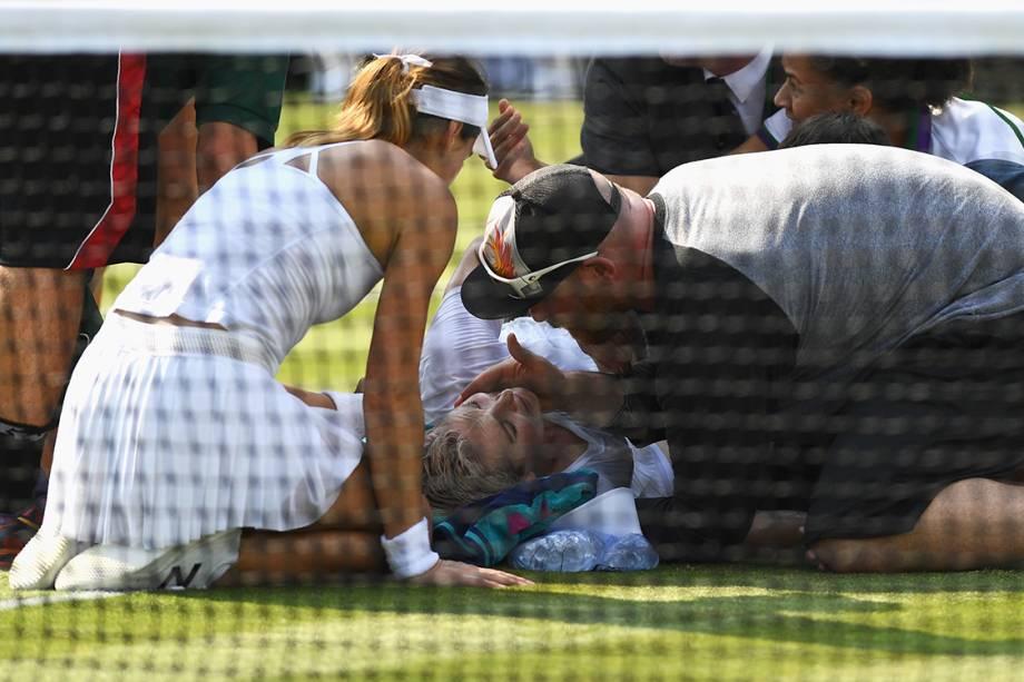 Tenista americana Bethanie Mattek-Sands lesiona e rompe ligamento do joelho durante partida contra a romena Sorana Cirstea, em Wimbledon, Londres - 06/07/2017