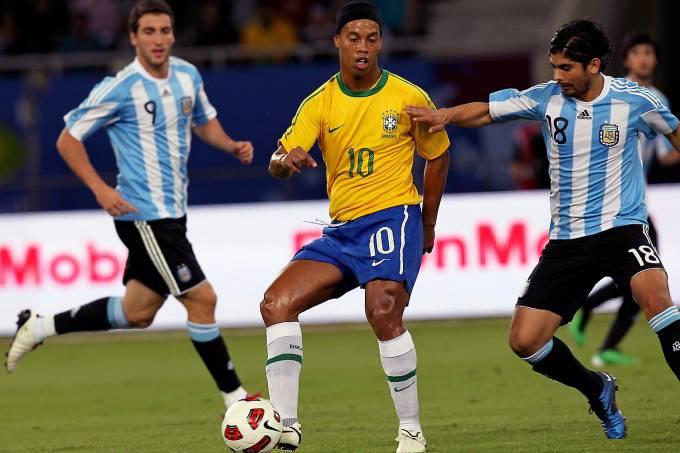 Ronaldinho durante partida do Brasil contra a Argentina em 2010, no Catar