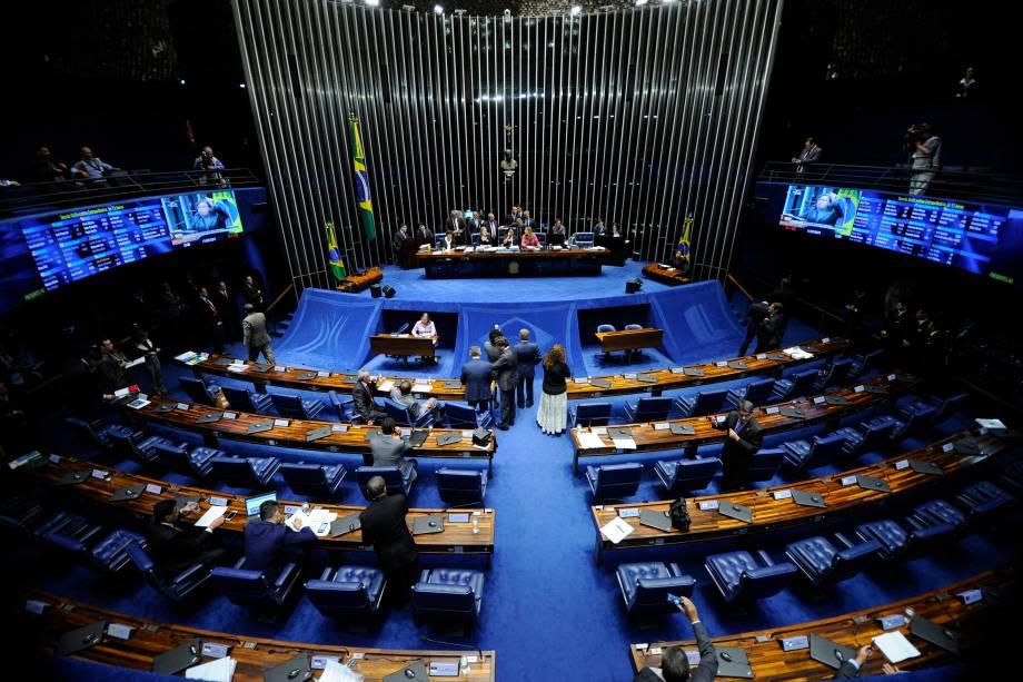 Senadoras de oposição ocupam a mesa do plenário do Senado durante sessão destinada à votação da reforma trabalhista - 11/07/2017