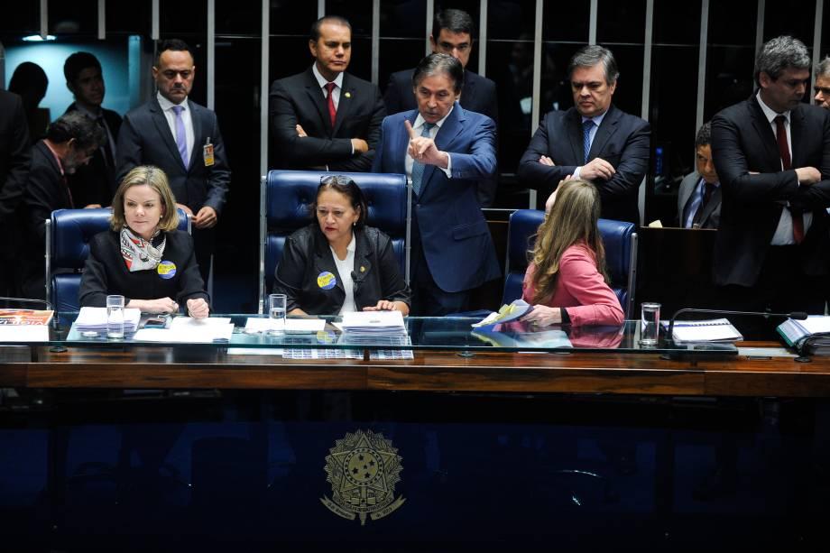 Senadoras de oposição ocupam a mesa do plenário do Senado durante sessão destinada à votação da reforma trabalhista. O presidente da Casa, senador Eunício Oliveira (PMDB-CE), suspende a sessão plenária - 11/07/2017