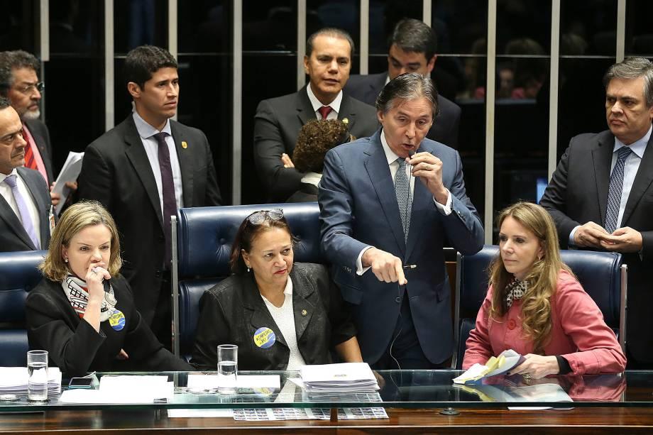 Impedido de presidir votação da reforma trabalhista, Eunício Oliveira (PMDB-CE) suspende sessão. A decisão foi tomada depois que a senadora Fátima Bezerra (PT - RN), que conduzia os trabalhos, se negou a dar o assento da presidência da sessão a Eunício. O senador mandou desligar os microfones e apagar as luzes do plenário - 11/07/2017