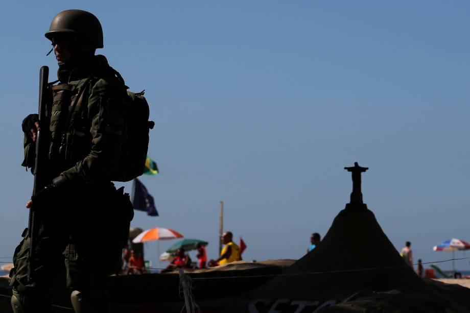 Soldados das Forças Armadas patrulham a praia de Copacabana como parte de um plano de combate ao crime organizado e a onda de violência nas ruas do Rio de Janeiro - 30/07/2017