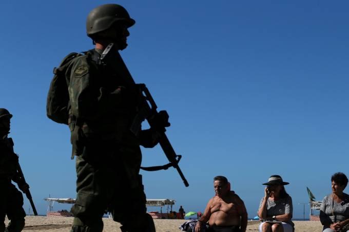 Exército patrulha praia de Copacabana