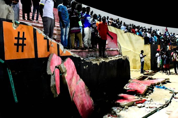 Setor de arquibancada de estádio desaba no Senegal