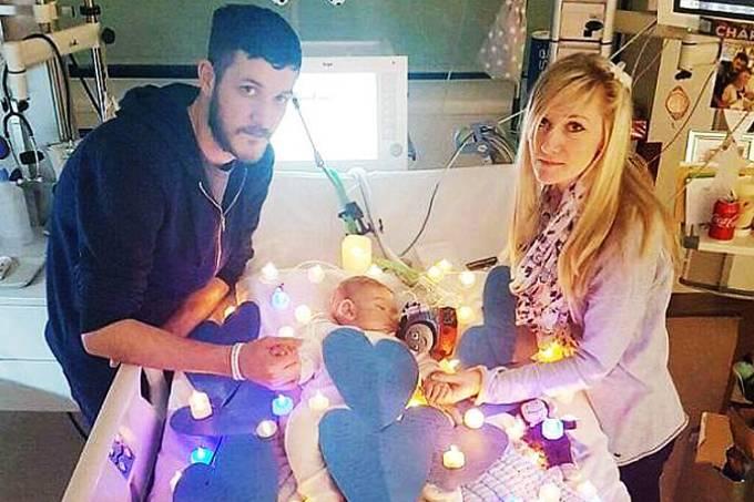 Charlie Gard, bebê britânico de 10 meses, e pais