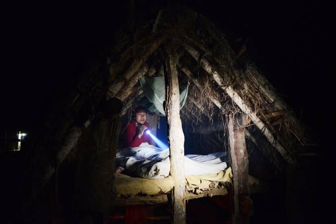 Menina dorme em um barraco durante o período de menstruação, no Nepal