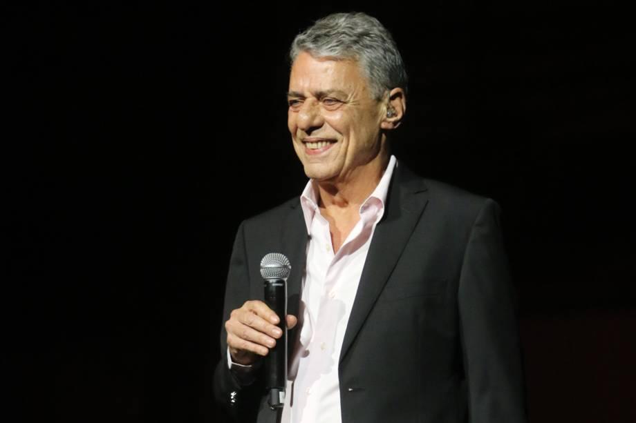 """O cantor Chico Buarque participa do 28° Premio de Música Brasileira no Teatro Municipal do Rio de Janeiro e canta o sucesso """"As Vitrines"""""""