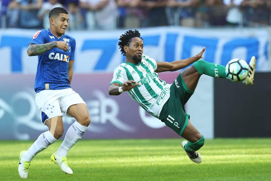 O jogador Zé Roberto, do Palmeiras, disputa bola com o jogador Lucas Romero, do Cruzeiro, pelo Campeonato Brasileiro, Estádio Mineirão.