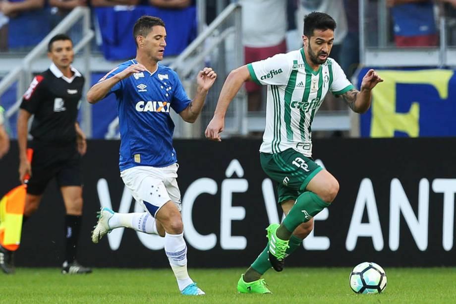 O jogador Luan, do Palmeiras, disputa bola com o jogador Thiago Neves, do Cruzeiro, pelo Campeonato Brasileiro, no Estádio Mineirão.