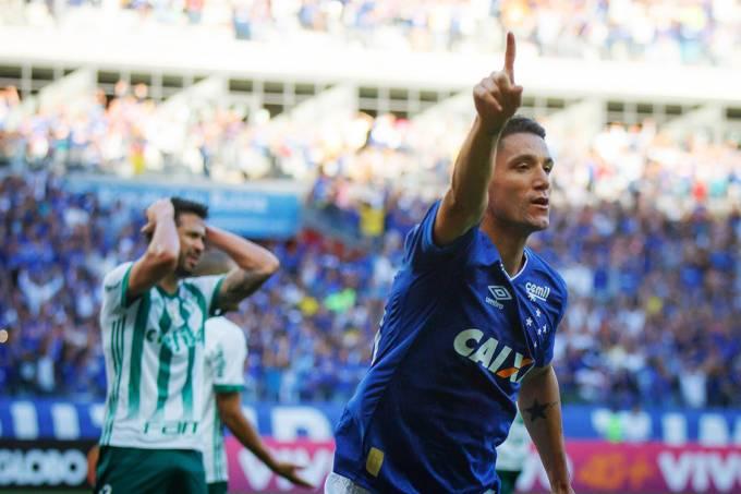 Thiago Neves, do  Cruzeiro, comemora gol contra o Palmeiras, pelo Campeonato Brasileiro, no estádio do Mineirão