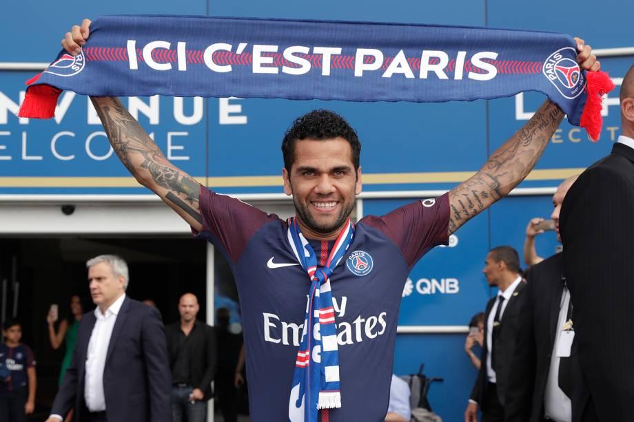 O jogador Daniel Alves se apresenta ao Paris Saint-Germain - 12/07/2017