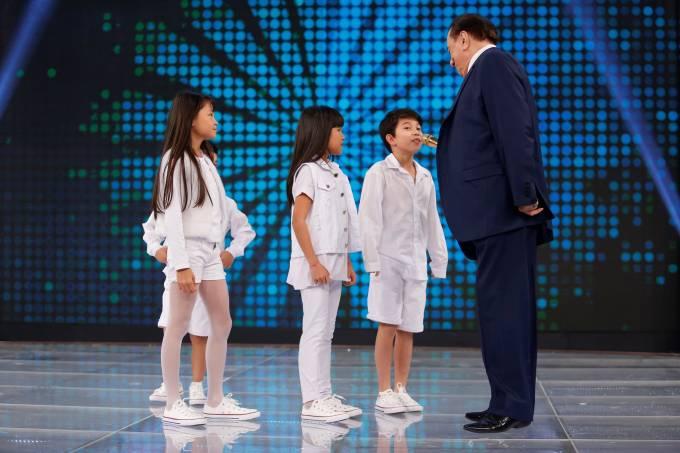 Raul Gil diz a crianças descendentes de asiáticos que elas precisam 'abrir o olho'