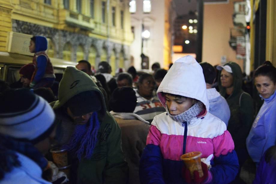 Pessoas se aglomeram para receberem sopas distribuidas por voluntários na região central de São Paulo