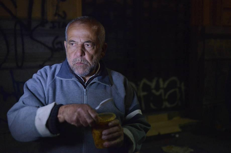 Antonio Luis, 60, morador de rua há 1 ano e meio, se protege do frio somente com um cobertor.