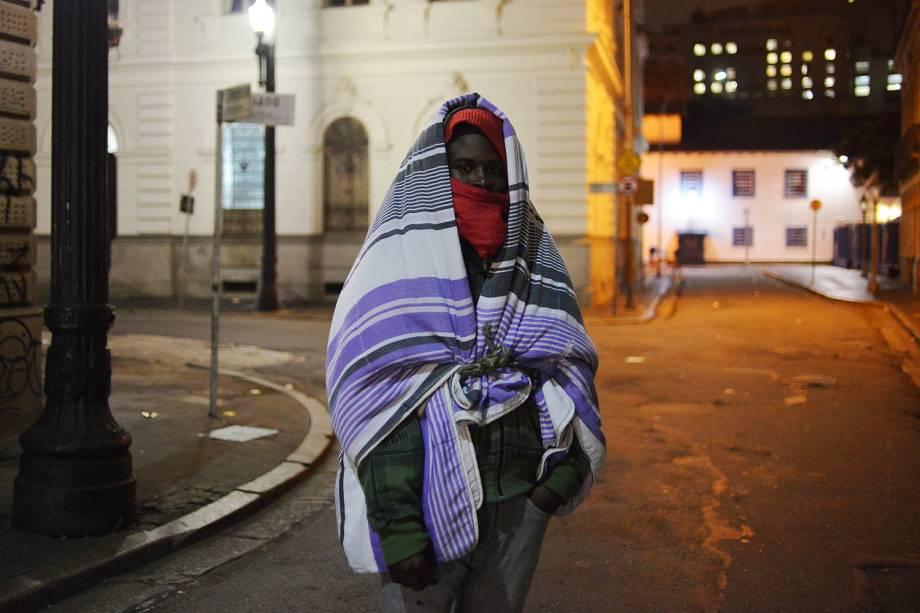 O baiano Gilson Oliveira, 24, se cobre com diversas mantas e agasalhos para se proteger do frio. Os termômetros chegaram a marcar 7,9º C em São Paulo