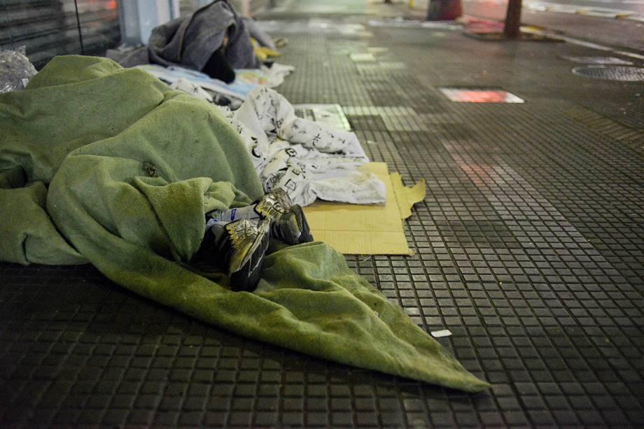 Moradores de rua se aquecem com cobertores para se protegerem do frio. Termômetros chegaram a marcar 7,9ºC, em São Paulo